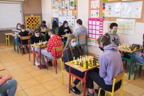Dzieci grają w szachy